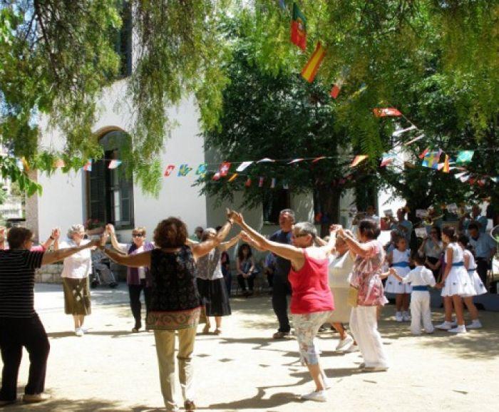 Open-air Sardana dancing